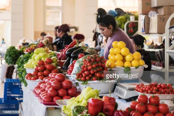種類の野菜と 2 つの働く市場のスタンド - 中央アジア ストックフォトと画像