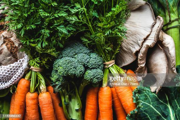 market vegetables and bunches of carrots - markt stockfoto's en -beelden