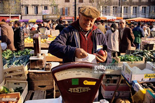 market vendor selling apples - guy carcassonne stock pictures, royalty-free photos & images