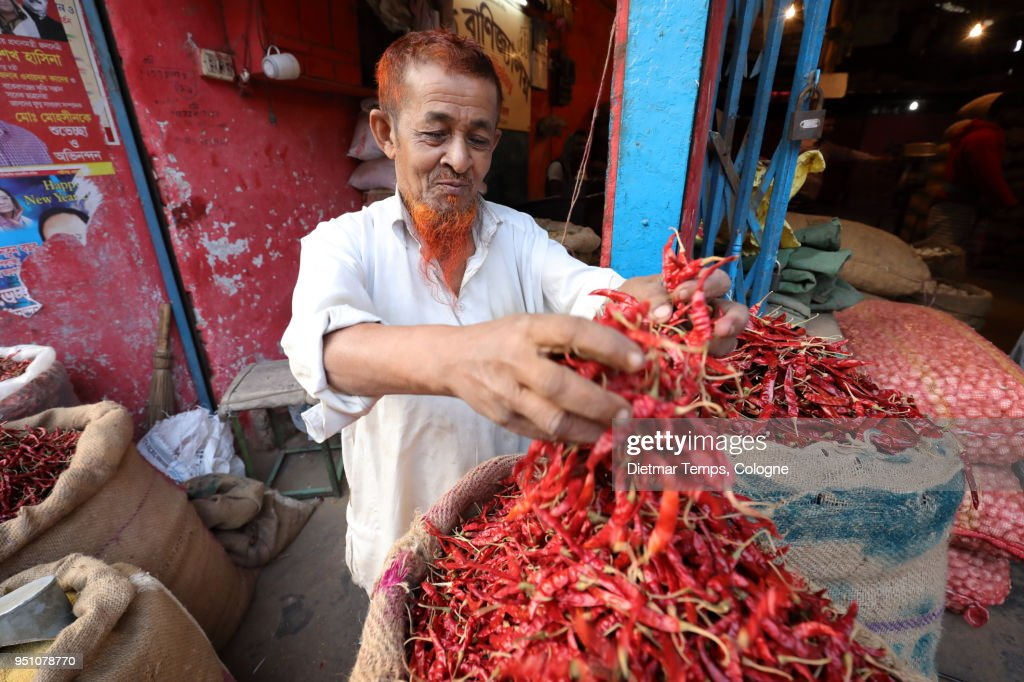 Market vendor with chilies in Dhaka, Bangladesh : Stock-Foto
