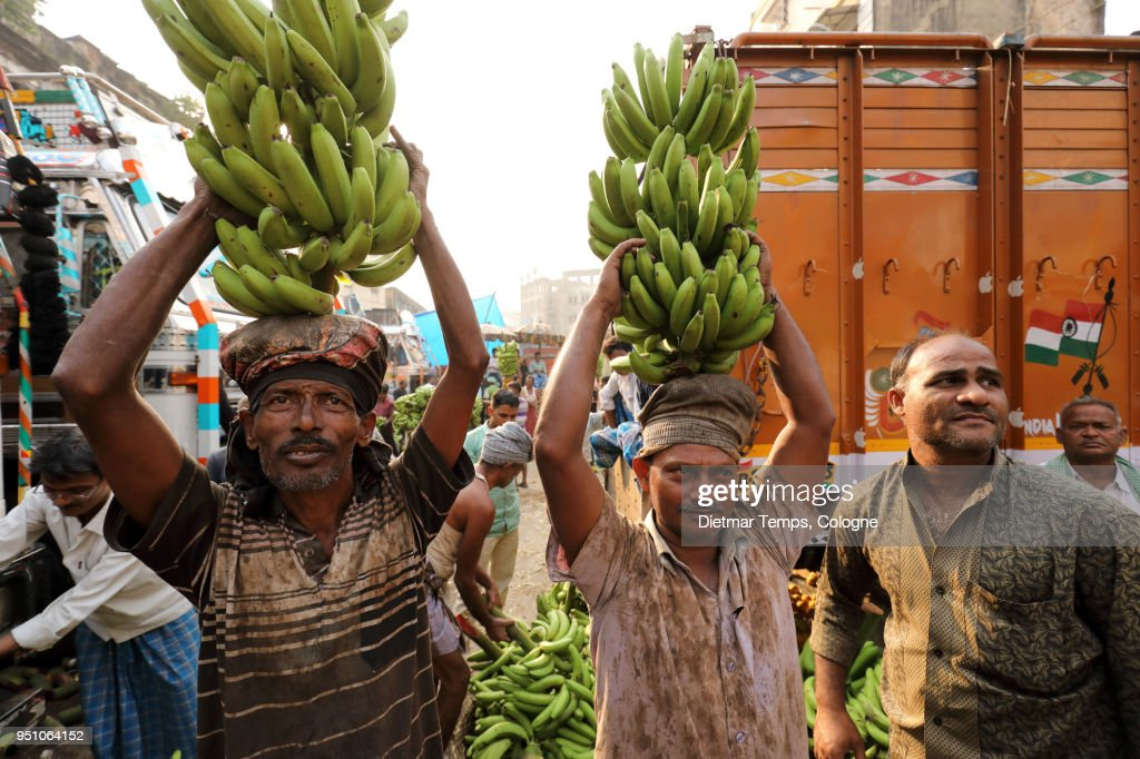 Market vendors at a banana auction, India : Stock-Foto