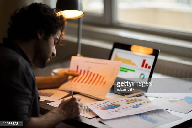 gráfico de estatísticas análise digital finanças conceito de marketing - estratégia de negócio - fotografias e filmes do acervo