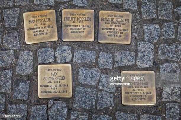 kennzeichnung der holocaust-opfer - holocaust stock-fotos und bilder