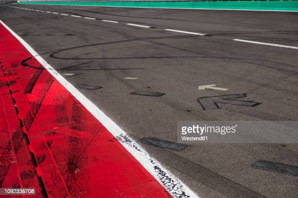 markings and skidmarks on racetrack - motorsport stock-fotos und bilder