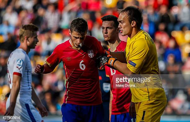 Marko Dmitrovic of Serbia discusses with Aleksandar Pantic during UEFA U21 European Championship Group A match between Serbia and Czech Republic at...