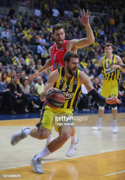 Marko Guduric #23 of Fenerbahce BEKO in action with Alec Peters #5 of CSKA Moscow during the 2018/2019 Turkish Airlines EuroLeague Regular Season...
