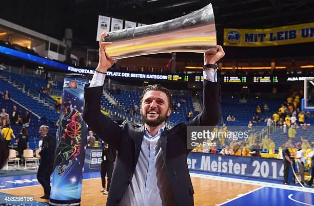 Marko Pesic mit dem Pokal nach Spiel 4 der Beko BBL playoffs zwischen Alba Berlin und FC Bayern München