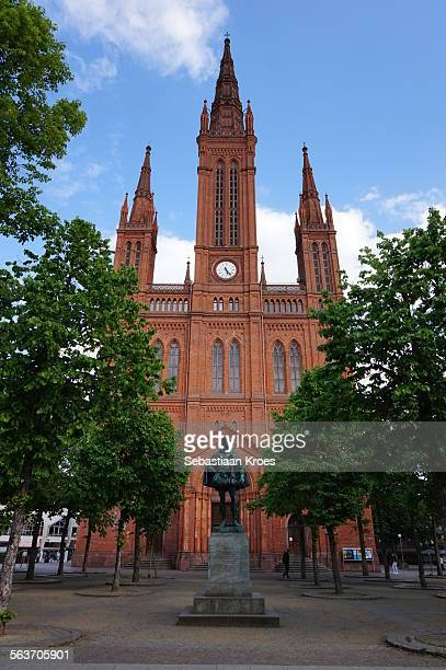 markt kirche & trees, statue, wiesbaden, germany - kirche stock pictures, royalty-free photos & images