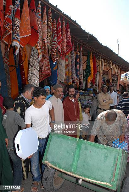 Markt Rahba Kedima Marrakesch Marokko Nordafrika Afrika Polizist Teppiche Reise