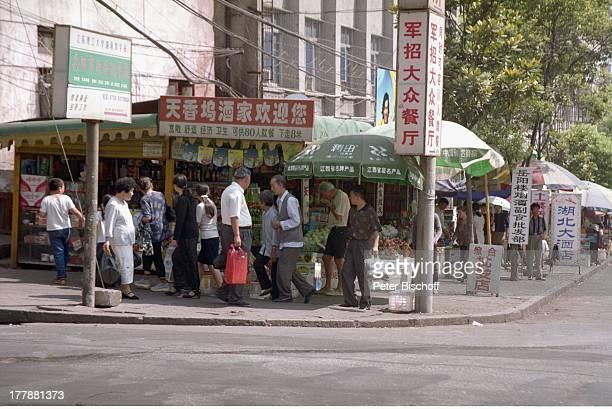 Markt Stadt Wuhan Provinz Hubei China Asien Rundreise Reise Geschäfte Einheimische Touristen LG/MW