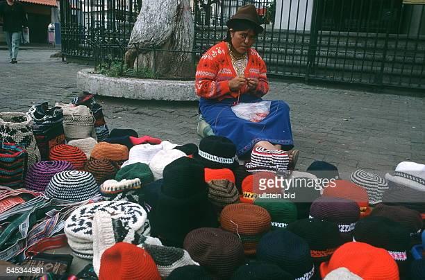 Marktfrau in Quito vor einem Stand mit Strickware 1999