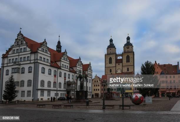 marktplatz lutherstadt wittenberg mit melanchthondenkmal, lutherdenkmal, rathaus und stadtkirche - lutherstadt wittenberg stock pictures, royalty-free photos & images