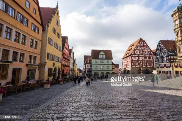 marktplatz town square in rothenburg germany - dorf stock-fotos und bilder