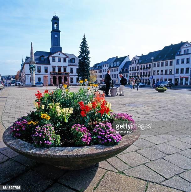 Marktplatz und Rathaus von Rochlitz der Stadt des roten Porphyrs vom laengst erloschenen Vulkan des Rochlitzer Berges im Tal der Zwicker Mulde in...