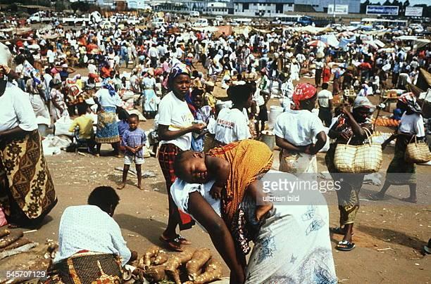 Marktszene in der Hauptstadt Maputo EineFrau trägt ihr Kind auf dem Rücken 00031995