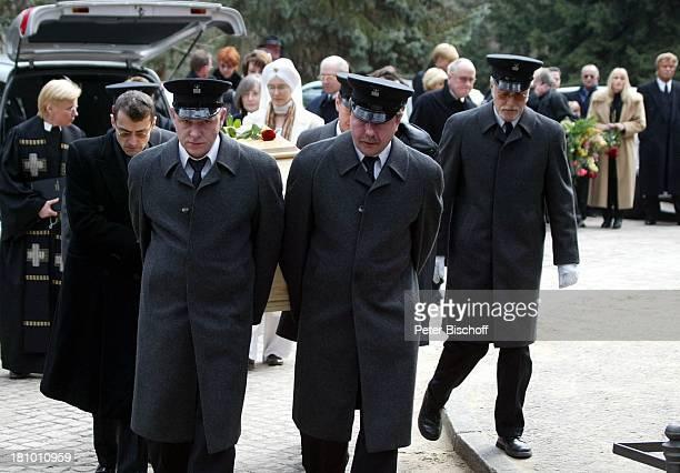 Markus B von Horst Buchholz Beerdigung von Horst Buchholz Waldfriedhof Berlin Deutschland Europa Sarg Sargträger