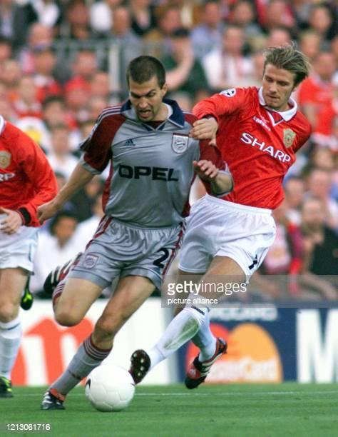 Markus Babbel vom FC Bayern München kämpft am mit David Beckham von Manchester United um den Ball Im Stadion von Barcelona unterliegt der deutsche...