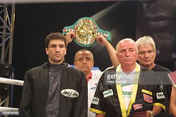 Markus Beyer im Hintergrund sein WeltmeisterGürtel vor dem WMTitelKampf Nürburgring im Ring Sport Boxen Sportler SportKleidung Promi PNr 816/2003 NB...