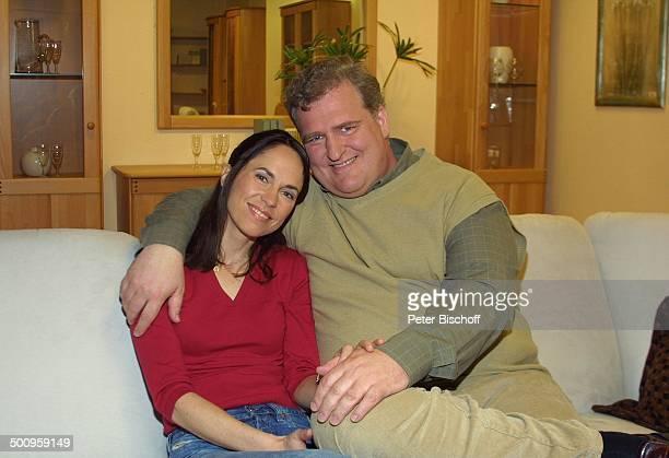 """Markus Maria Profitlich, Ehefrau Ingrid-Marie Einfeldt, SAT1-Sendung """"Markus M. Profitlich will Fußball gucken"""", , Komödiant, Komödiantin, Sofa,..."""