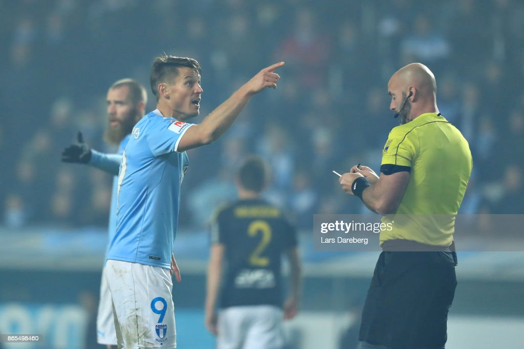 Markus Rosenberg of Malmo FF and referee Stefan Johanessen during the allsvenskan match between Malmo FF and AIK at Swedbank Stadion on October 23, 2017 in Malmo, Sweden.
