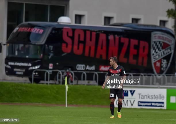 Markus Suttner mit dem Spielerbus im Hintergrund waehrend dem Fussball Testspiel FC Ingolstadt 04 gegen FC Turin fuer die Saison 2016/2017 am 2...