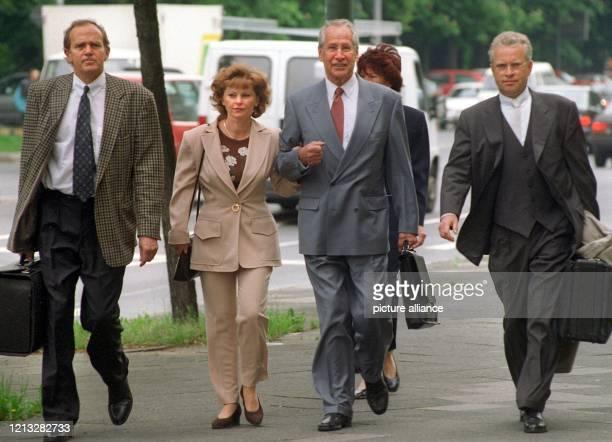 Markus Wolf ist am 20.5.1997 mit seiner Frau Andrea und seinen Anwälten Wolf Römmig und Johann Schwenn auf dem Weg zum Oberlandesgericht Düsseldorf,...