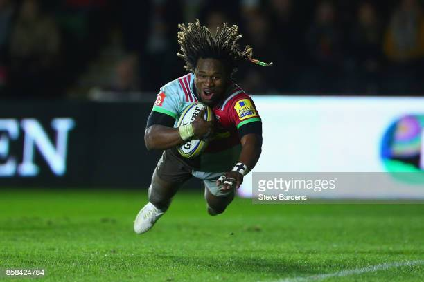 Marland Yarde of Harlequins scores a try during the Aviva Premiership match between Harlequins and Sale Sharks Sharks at Twickenham Stoop on October...
