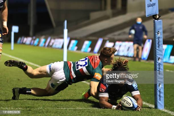 Marland Yarde of Sale scores a try despite the challenge from David Williams of Leicester during the Gallagher Premiership Rugby match between Sale...