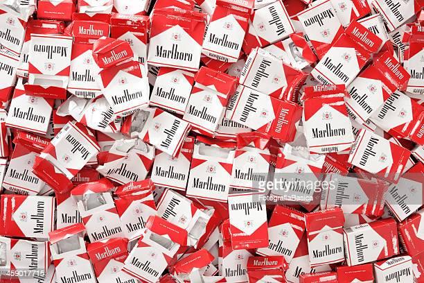 marlboro los cigarrillos paquetes vacíos - marlboro fotografías e imágenes de stock