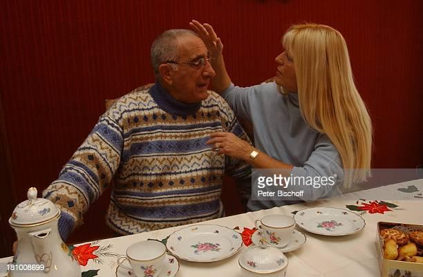 Marlene Charell Ehemann Roger Pappini Homestory La Rochette/Savoyen/Frankreich Sängerin Showmasterin Tänzerin Brille Familie Mann Wohnzimmer Kaffe...