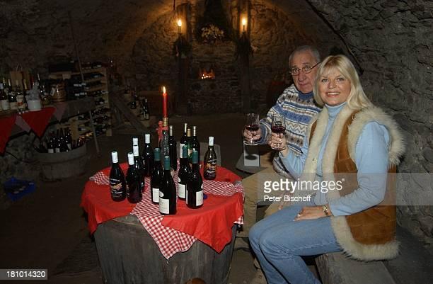 Marlene Charell Ehemann Roger Pappini Homestory La Rochette/Savoyen/Frankreich Sängerin Showmasterin Tänzerin Familie Mann Weinkeller Wein Flasche...