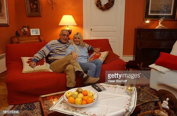 Marlene Charell Ehemann Roger Pappini Homestory La Rochette/Savoyen/Frankreich Sängerin Showmasterin Tänzerin Familie Mann Wohnzimmer Brille Promis...