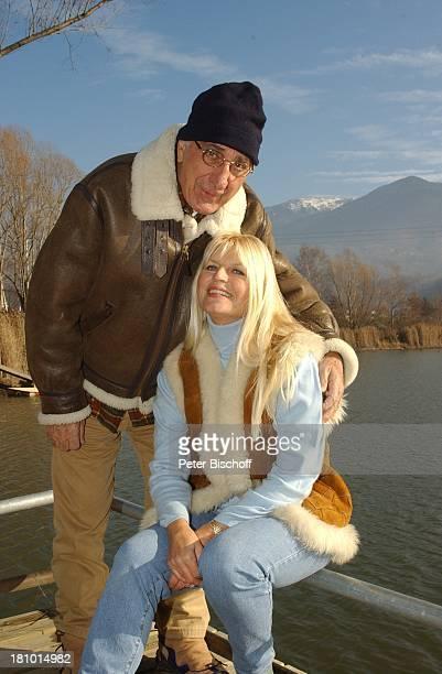 Marlene Charell Ehemann Roger Pappini La Rochette/Savoyen/Frankreich Sängerin Showmasterin Tänzerin Brille Familie Mann spazieren Spaziergang Mütze...