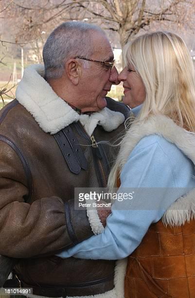 Marlene Charell Ehemann Roger Pappini La Rochette/Savoyen/Frankreich Sängerin Showmasterin Tänzerin Brille Familie Mann spazieren Spaziergang Promis...