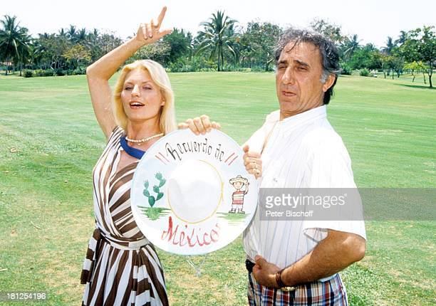Marlene Charell Ehemann Roger Pappini neben den Dreharbeiten zur ZDFReihe Traumschiff Folge 16 Mexiko Acapulco Mexiko/Mittelamerika Golfplatz Palmen...