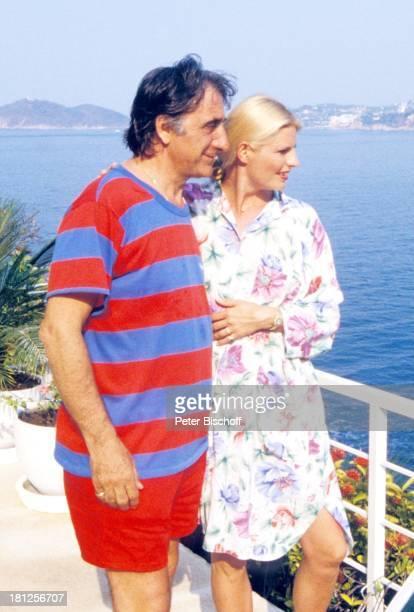 Marlene Charell Ehemann Roger Pappini neben den Dreharbeiten zur ZDFReihe Traumschiff Folge 16 Mexiko Acapulco Mexiko/Mittelamerika Meer Palmen...