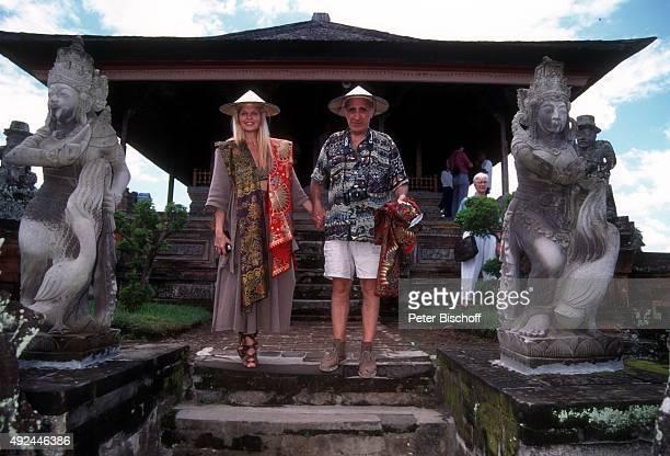 'Marlene Charell Ehemann Roger Pappini vor IndonesienKreuzfahrt am vor früherer Gerichtshalle ''Gerta Gosa'' in Klungklung auf Insel Bali in...
