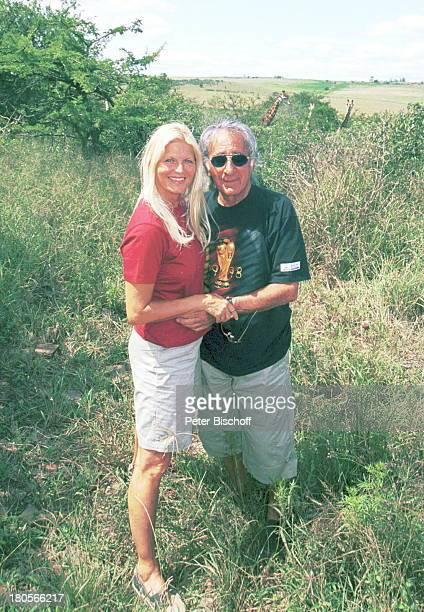 Marlene Charell Ehemann Roger PappiniUrlaub in Südafrika MannGiraffe Busch FesthaltenHändchenhalten Busch