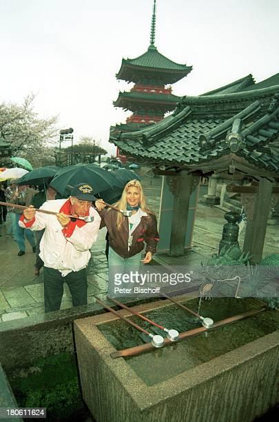 Marlene Charell mit Ehemann Roger Pappini Kreuzfahrt MS Europa Kyoto/Japan/Asien KiomitsuTempel Tempelanlage Fotoapparat Quellwasser Brunnen...