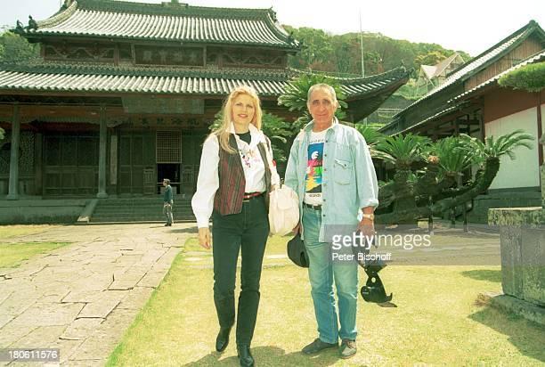 Marlene Charell mit Ehemann Roger Pappini Kreuzfahrt MS EuropaNagasaki/ Japan/Asien Tempelanlage Fotoapparat Mann