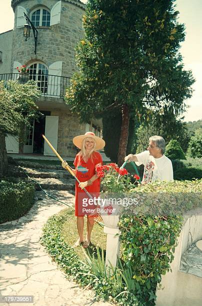 Marlene Charell mit Ehemann Roger PappiniHomestory Südfrankreich Gartenarbeit