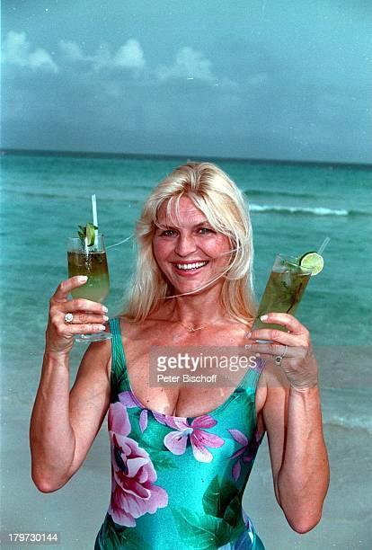 Marlene Charell mit kubanischen CocktailMojito Badeanzug Strand beim Dreh zumTVSpecial Heute so morgen so anläßlich Roberto Blancos...