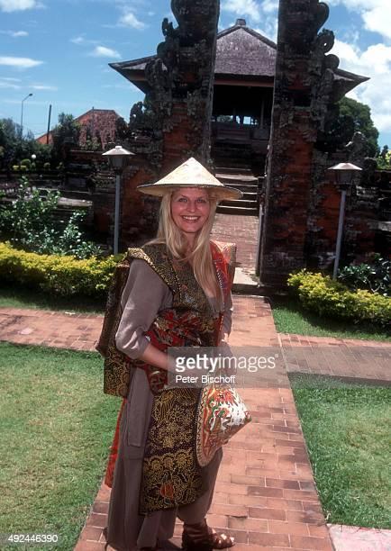 'Marlene Charell vor IndonesienKreuzfahrt am vor früherer Gerichtshalle ''Gerta Gosa'' in Klungklung auf Insel Bali in Indonesien '