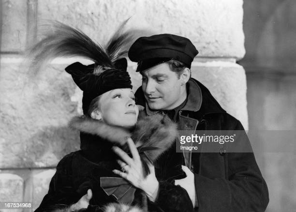 Marlene Dietrich and Robert Donat in the shooting of the film KNIGHT WITHOUT ARMOUR Hollywood Photograph Marlene Dietrich und Robert Donat bei den...