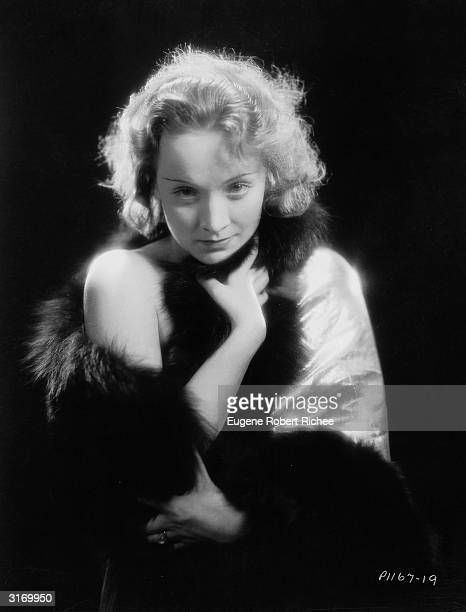 Marlene Dietrich making her Hollywood film debut as the cabaret singer Amy Jolly in the film 'Morocco', directed by Josef von Sternberg.