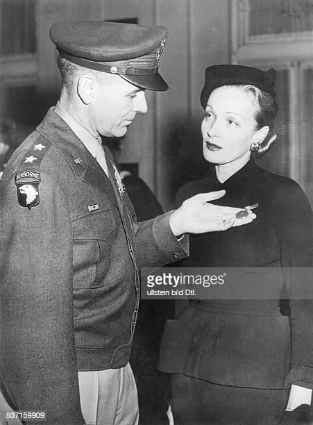 Marlene Dietrich Schauspielerin D General Maxwell D Taylor von der Militär akademie West Point zeichnet Frau Dietrich für ihre Verdienste in der...