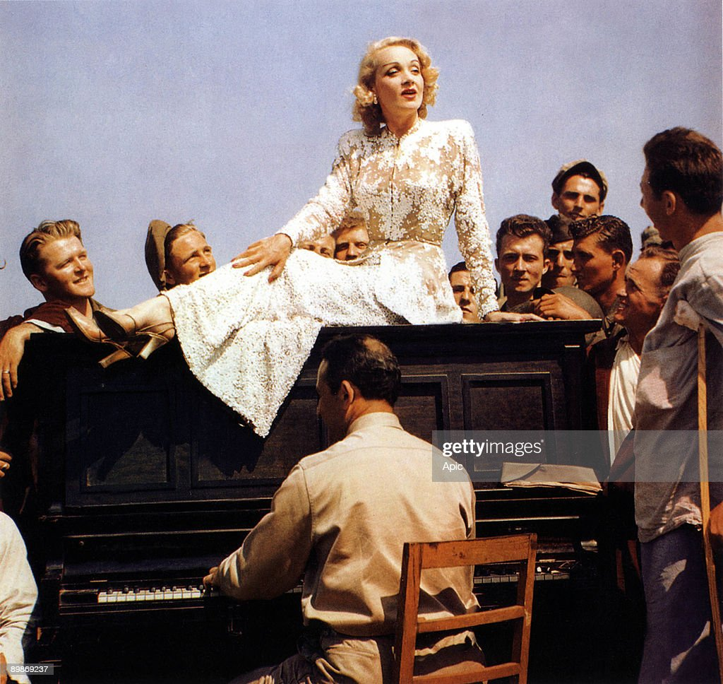Marlene Dietrich singing for american soldiers in Germany, february 1945 ( U.S.O tour) : News Photo