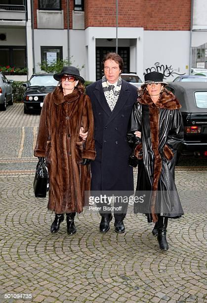Marlene Silvester ihre Schwester und deren Ehemann Trauerfeier für Erik Silvester vor der Sankt MaternusKirche Köln Stadtviertel Rodenkirchen...