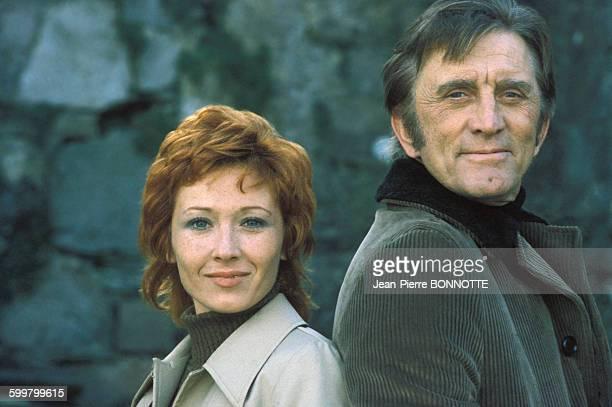 Marlène Jobert et Kirk Douglas pendant le tournage du film 'Les Doigts croisés' de Richard Clement en avril 1971 en France