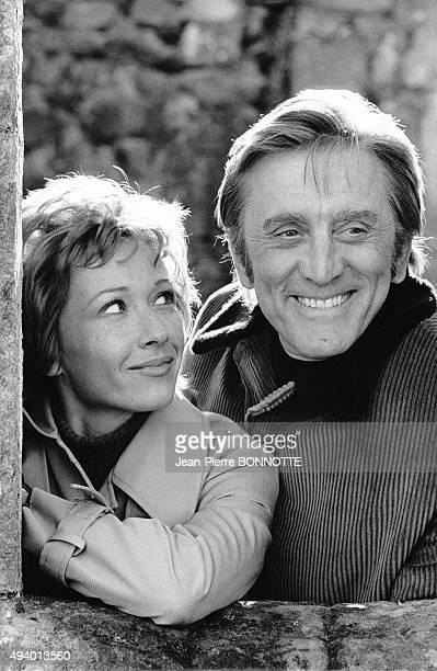 Marlène Jobert et Kirk Douglas sur le tournage du film de Dick Clément 'Les doigts croisés' tourné en avril 1971 en Ecosse au RoyaumeUni